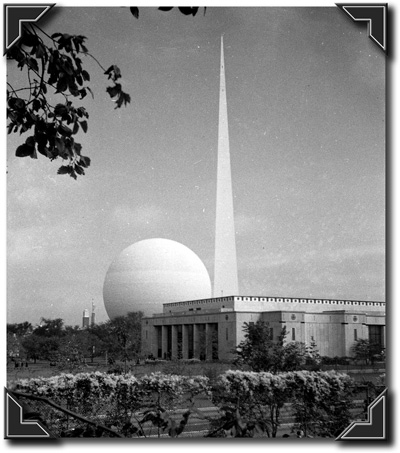 Trylon & Perisphere behind the Building of the City of New York